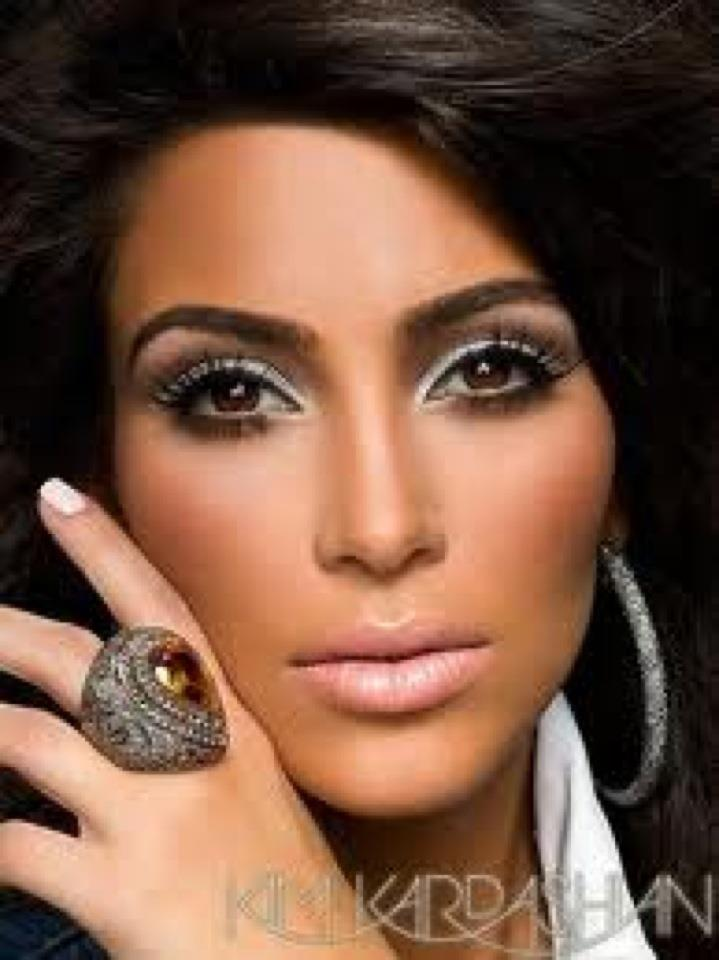 Excelente selección de peinados y maquillajes de Kim Kardashian en femenino.com