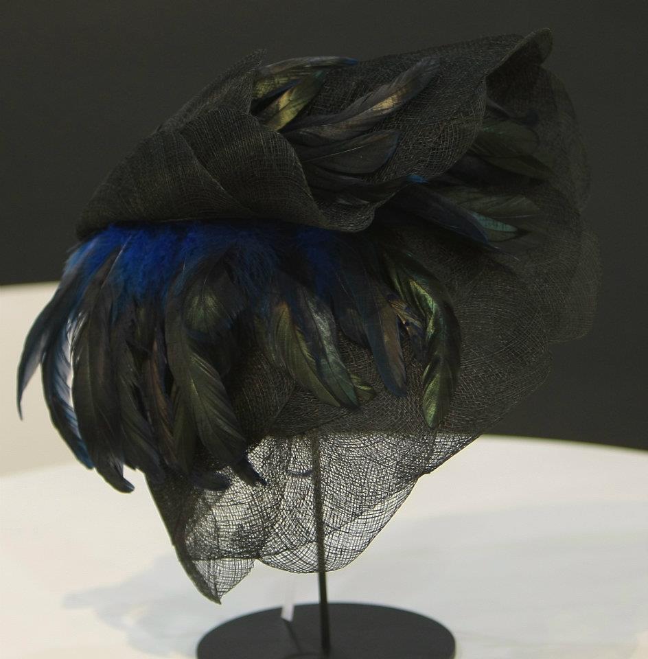 Tocado de rafia y plumas de Janet Shulz para Franco Quintáns.