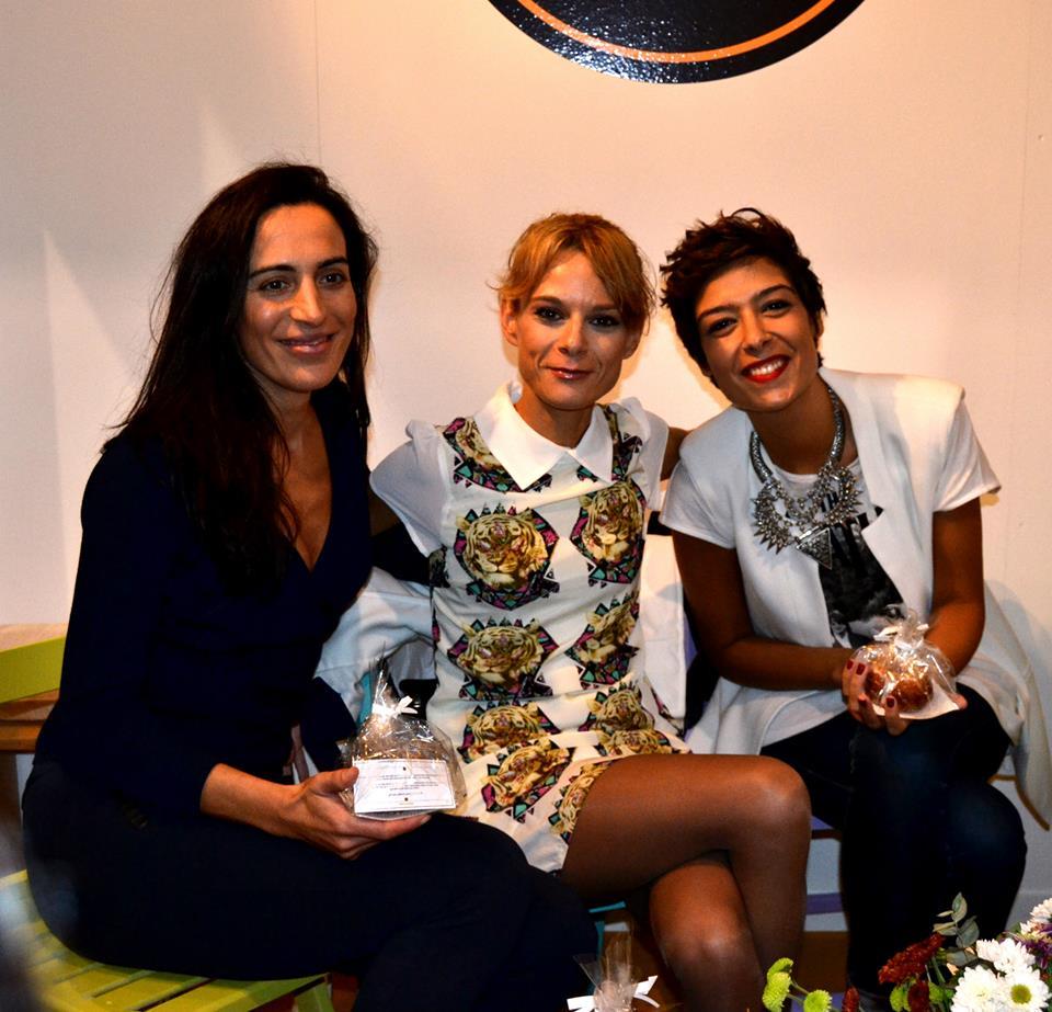 Con Ángela de La Clé Privée y Vanesa de VanefashionVigo en el stand de Carta Branca