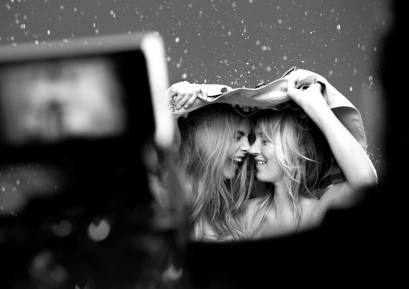6.-kate-moss-cara-delevingne-my-burberry-fragrance-by-mario-testino