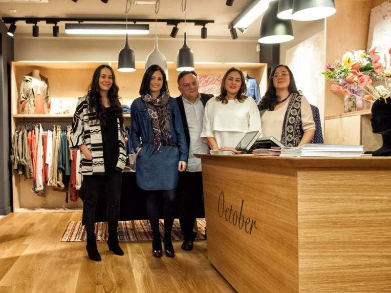 Imagen del equipo con Mercedes de la Iglesia, responsable de la tienda de A Coruña